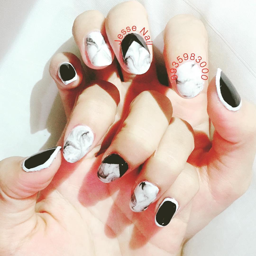 incredible black and white nail designs 7 - 16 Incredible Black and White Nail Designs